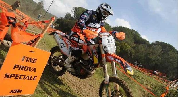 Motociclista di 25 anni perde la vita in una gara