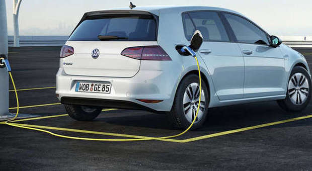 Volkswagen Golf elettriche: 5200 auto richiamate in officina