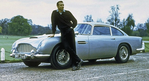 James Bond Sean Connery con l'Aston Martin DB5