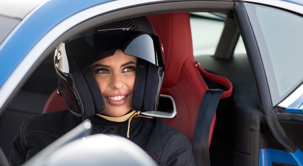 95cb1ce6db In Arabia Saudita finalmente le donne possono guidare. La pilotessa Aseel  festeggia al volante di una Jaguar