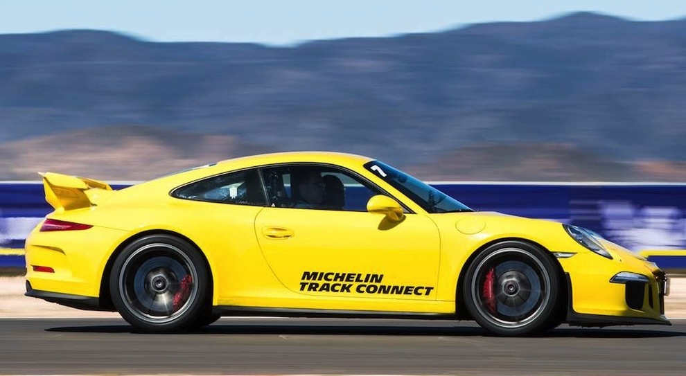 Una Porsche con il Michelin Track Connect in pista