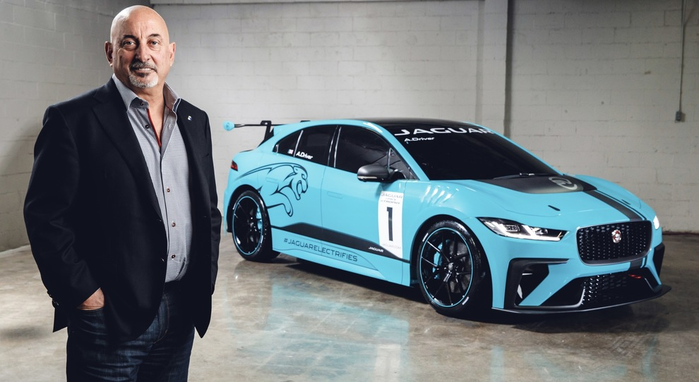 Bobby Rahal accanto alla Jaguar I-Pace eTrophy