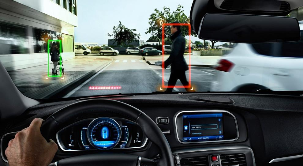 "Tecnologia sostituisce guidatori disattenti. Frenata predittiva d'emergenza ""vede"" persone in millisecondi"