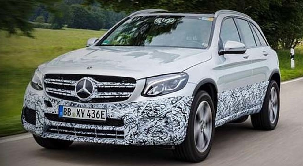 La Mercedes GLC F-Cell in un test sulle strade tedesche