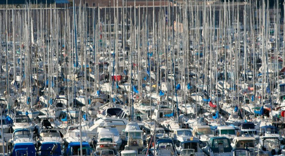 Un porto turistico particolarmente affollato
