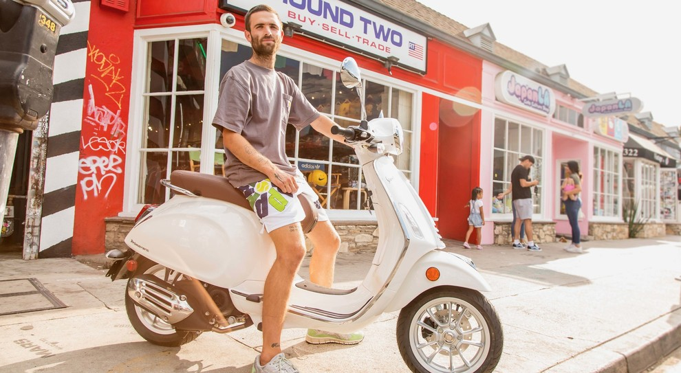 Sean Wotherspoon in sella alla Vespa