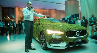 "Volvo ""The Agreenment"": Milano sfoggia la V60 muschiata"